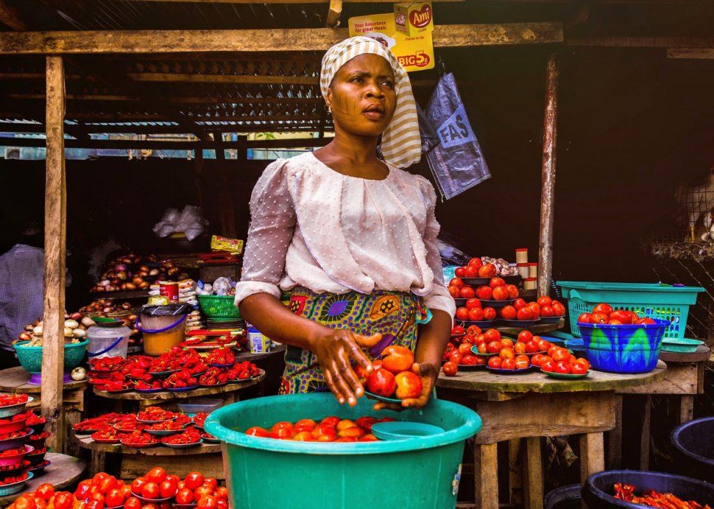 vendeuse sur un marché en Afrique