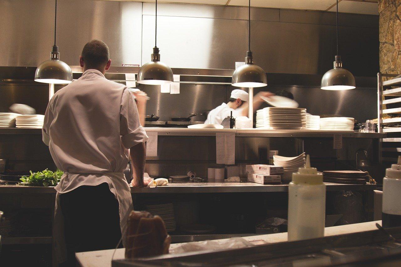 personnes qui travaillent dans la cuisine d'un restaurant